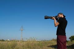 为一个小组鸬鹚照相的摄影师 免版税库存照片