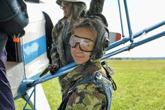 为一前一后skydiving做准备 库存照片