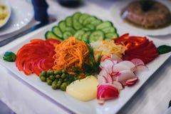 为一顿健康素食膳食分类的菜 板材用蕃茄,胡椒,红萝卜,黄瓜 库存图片
