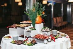 为一顿欢乐晚餐arrenged的开胃菜桌 库存照片