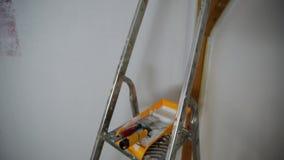 为上色的工具,漆滚筒,刷子,铝领导 部分色的墙壁 影视素材
