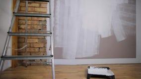 为上色的工具,漆滚筒,刷子,铝领导 部分色的墙壁 股票录像