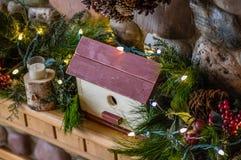 为与光的圣诞节装饰的壁炉台 免版税库存照片