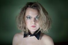 有衣领的性感的金发碧眼的女人 库存照片