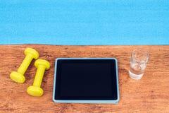 为与录影健身路线的锻炼准备 免版税库存图片