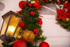 为与美丽的红色玩具的圣诞节装饰的街道灯笼 图库摄影