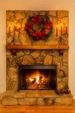 为与花圈和candelabras的圣诞节装饰的壁炉 免版税库存图片