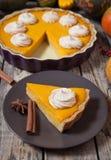 为与被鞭打的奶油、香料和秋天装饰的感恩做的欢乐自创可口南瓜饼 免版税库存照片