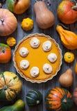 为与被鞭打的奶油、香料和秋天装饰的感恩做的自创可口南瓜饼 土气样式 免版税库存图片