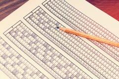 为与说谎对此的铅笔的检查形成 测试 选择聚焦 定调子 库存照片