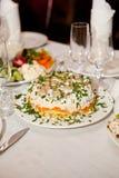 为与玻璃的宴会桌服务和白色餐巾和沙拉,菜 免版税库存图片