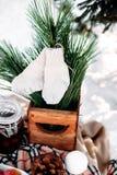 为两服务的一部分的装饰的桌 冬天浪漫野餐 免版税库存照片