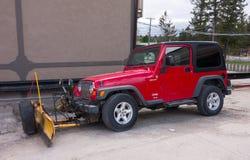 为严肃的积雪的清除装备的一辆健壮的车停放了一个房子外在阿拉斯加 库存图片