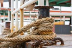 为中止浓厚栓的绳索小船 免版税库存图片