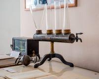 为举办的实验的葡萄酒仪器物理学校学习的  免版税库存照片