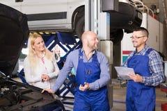 为乘员组和愉快的司机服务 免版税库存图片