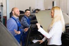 为乘员组和满意的驱动服务 免版税库存图片