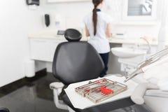 为位于在屋子里的齿科学的特定工具 库存图片