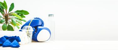 为体育、毛巾、拳击手套和一个瓶在轻的背景的水设置 一种健康生活方式的概念 复制空间 库存图片