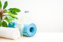 为体育设置 瑜伽席子毛巾和一个瓶在轻的背景的水一种健康生活方式的概念复制空间 库存照片