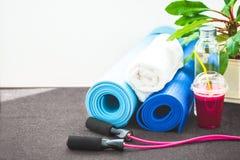 为体育,瑜伽席子,毛巾,圆滑的人跳绳,一个瓶水设置 健康生活方式拷贝空间的概念 图库摄影