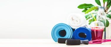 为体育,瑜伽席子,毛巾,圆滑的人,跳绳,一个瓶水设置 一个健康生活方式拷贝空间禁令的概念 免版税库存照片