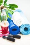 为体育,瑜伽席子,毛巾,圆滑的人,跳绳,一个瓶水设置 一个健康生活方式特写镜头的概念 库存照片