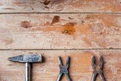 为修理做准备,整修 在破旧的地板上的各种各样的老工具 免版税库存照片