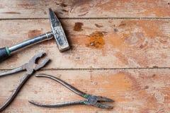 为修理做准备,整修 在破旧的地板上的各种各样的老工具 库存照片