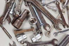 为修理机械特写镜头的新和老金属工具 库存照片