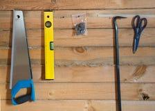 为修造的工具在杉木森林木背景  免版税图库摄影