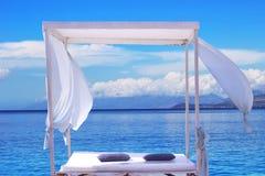 为假期使休息室、sundeck在海视图和夏天靠岸 免版税库存图片