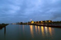 为停泊和卸载船和交付或者收集货物端起在晚上 免版税图库摄影