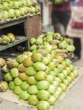 为健康卖的椰子; thy,纯净的水 图库摄影