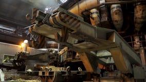 为冶金滑道的大勾子在工厂,重工业概念关闭  机制冶金 影视素材