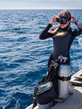 为准备佩戴水肺的潜水的白种人妇女 免版税图库摄影