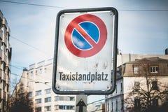 为出租汽车-预留的禁止停车用德语 图库摄影