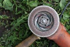 为切开金属的工具在草关闭 免版税库存图片