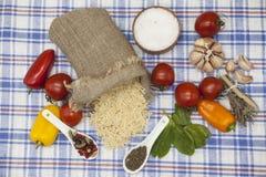 为创作设置的细面条意大利面团:西红柿,橄榄油,芳香抚人的调味汁,大蒜,香料,海盐,在r的沙拉 免版税库存图片