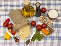 为创作设置的细面条意大利面团:西红柿,橄榄油,芳香抚人的调味汁,大蒜,香料,海盐,在r的沙拉 免版税库存照片