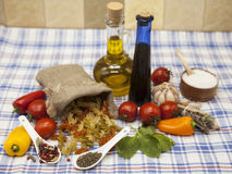 为创作设置的Fusilli意大利面团:西红柿,橄榄油,芳香抚人的调味汁,大蒜,香料,海盐,在铁锈的沙拉 库存照片