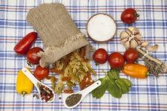 为创作设置的Fusilli意大利面团:西红柿,橄榄油,芳香抚人的调味汁,大蒜,香料,海盐,在铁锈的沙拉 免版税库存图片
