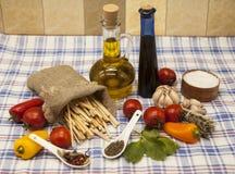 为创作设置的Pappardelle意大利面团:西红柿,橄榄油,芳香抚人的调味汁,大蒜,香料,海盐,在a的沙拉 库存图片