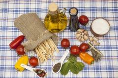 为创作设置的Pappardelle意大利面团:西红柿,橄榄油,芳香抚人的调味汁,大蒜,香料,海盐,在a的沙拉 免版税库存图片