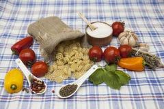 为创作设置的Rotelle意大利面团:西红柿,橄榄油,芳香抚人的调味汁,大蒜,香料,海盐,在鲁斯的沙拉 免版税库存照片