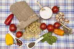 为创作设置的Rotelle意大利面团:西红柿,橄榄油,芳香抚人的调味汁,大蒜,香料,海盐,在鲁斯的沙拉 库存照片