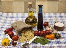 为创作设置的Rotelle意大利面团:西红柿,橄榄油,芳香抚人的调味汁,大蒜,香料,海盐,在鲁斯的沙拉 图库摄影