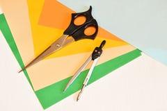 为创造性-色纸,剪刀,指南针设置 图库摄影