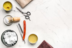 为刮的工具在工作场所背景顶视图大模型的理发店 免版税库存照片