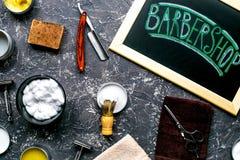 为刮的工具在工作场所背景顶视图的理发店 免版税库存图片